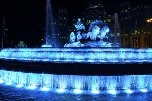 Fuente de Cibeles iluminada azul